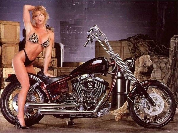 FEMME MOTO TRES BELLE