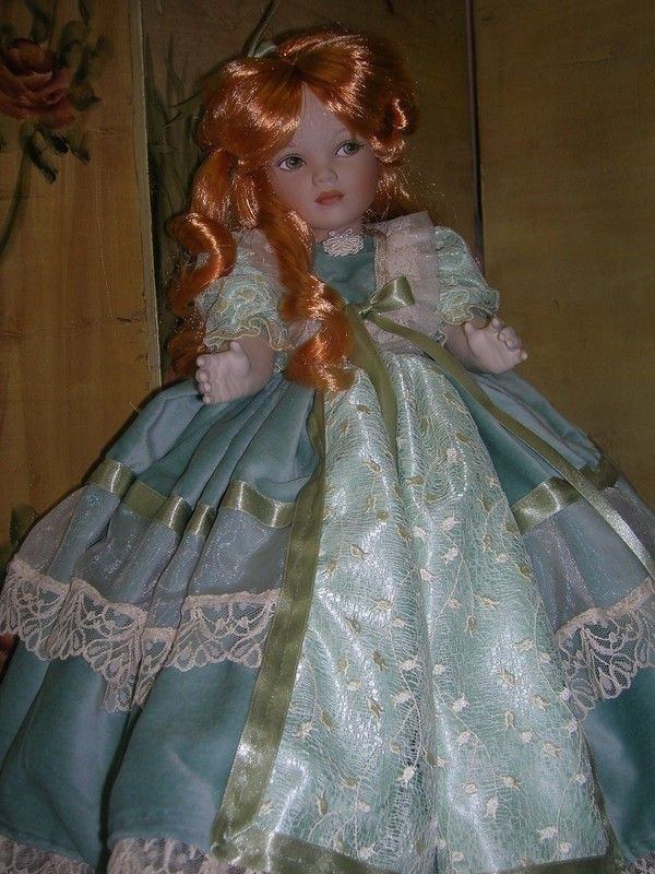 TRES BELLE POUPEE DE PORCELAINE